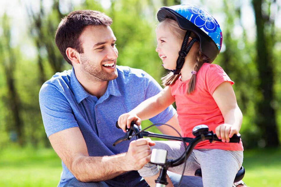 Ein Helm kann Kinder im Straßenverkehr vor schweren Kopfverletzungen schützen.