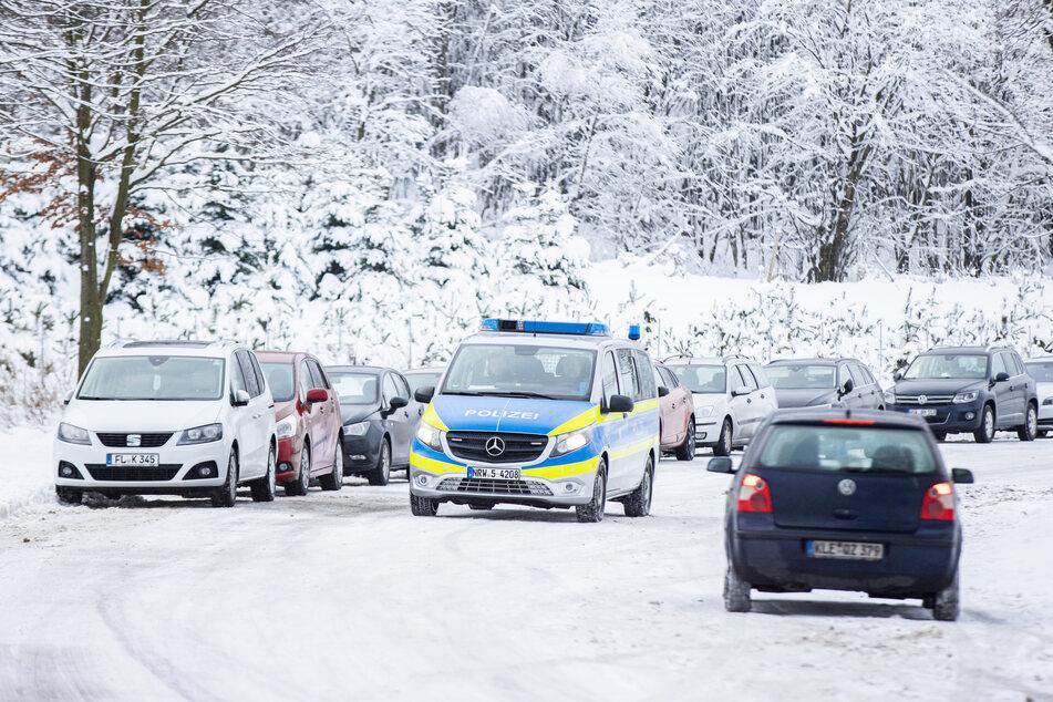 Nicht nur in Winterberg fanden sich zahlreiche Ausflügler ein: Auch die Bauern im Rheinland klagen nach zwei Wochenenden mit Schneetouristen und hunderten parkenden Autos (Symbolbild).