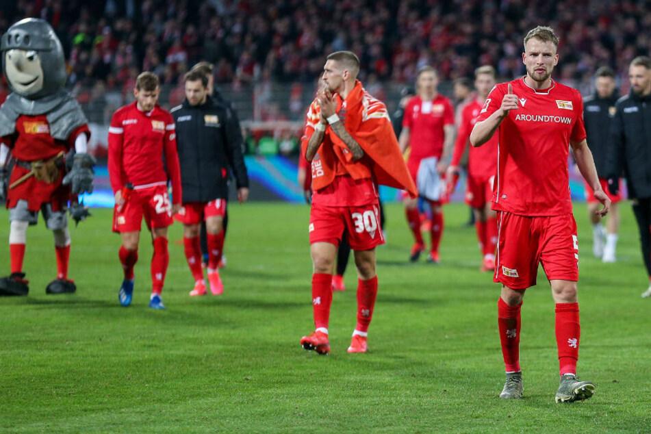 Die Spieler des 1. FC Union Berlin verlassen nach der knappen 2:3-Niederlage gegen Bayer 04 Leverkusen enttäuscht den Platz. Am Freitag wollen die Eisernen endlich zum ersten Mal gegen die Werkself punkten, am besten gleich dreifach.