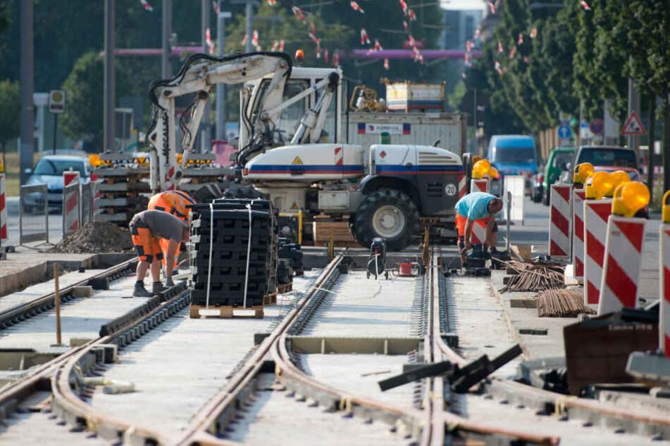 Zwei Männer sind bei Arbeiten in der Nähe der Gleise bei Bülzig von einem Zug erfasst und getötet worden (Symbolbild).