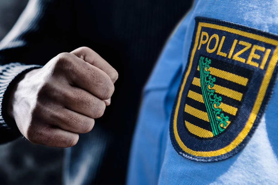 Junge Männer von acht Personen umringt und wegen HSV-Jacke bedroht