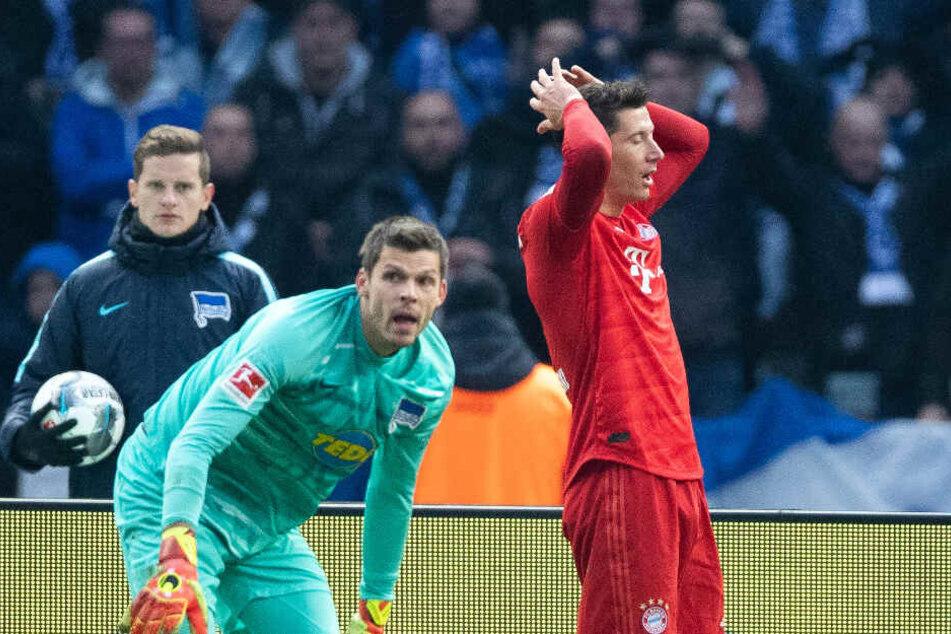 Robert Lewandowski (r) ärgert sich nach seiner verpassten Chance gegen Hertha-Keeper Jarstein. Sie war der einzige Hochkaräter im ersten Durchgang.