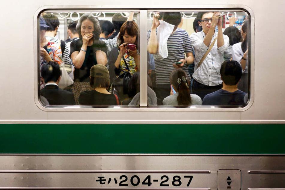 In japanischen U-Bahnen stehen die Menschen oft dicht zusammen. (Symbolbild)