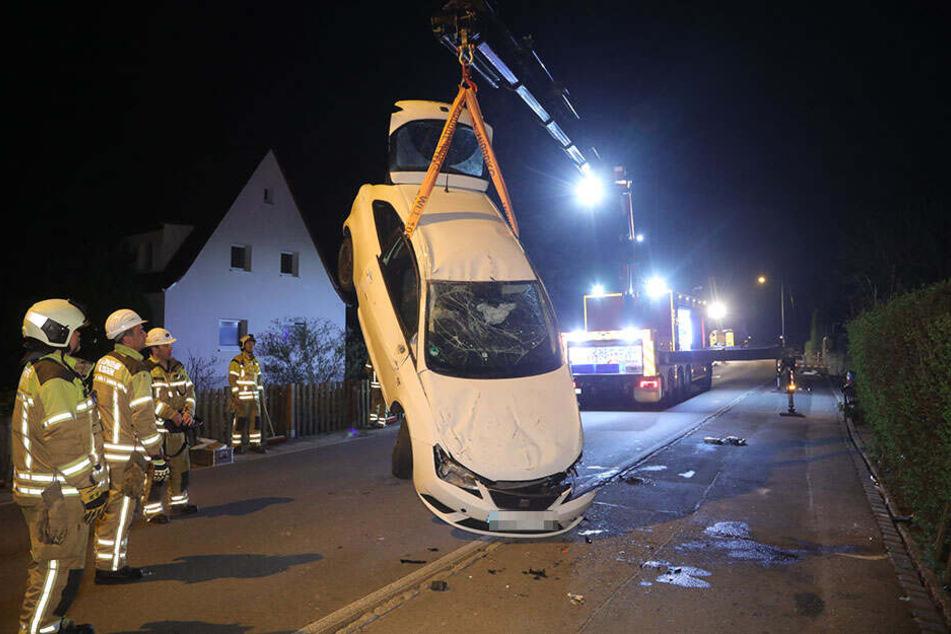 Die Feuerwehr musste das Auto mit einem Kran wieder aufrichten.