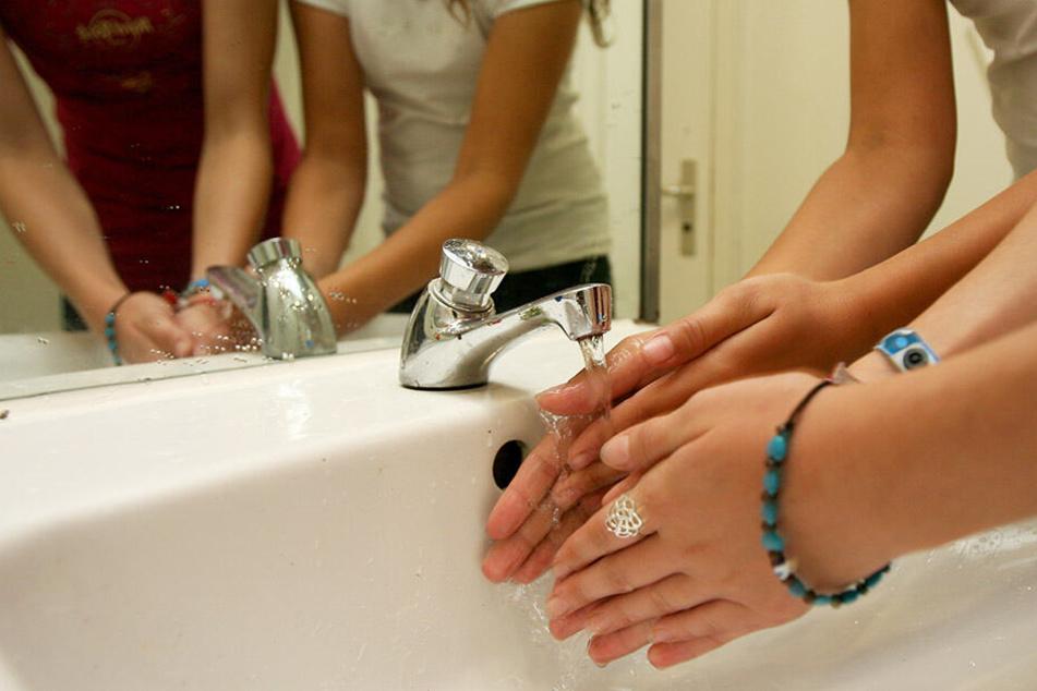 Händewaschen ist nicht nur im klinischen Umfeld wichtig. Auch im Alltag könnt Ihr Euch so vor Keimen schützen. (Symbolbild)