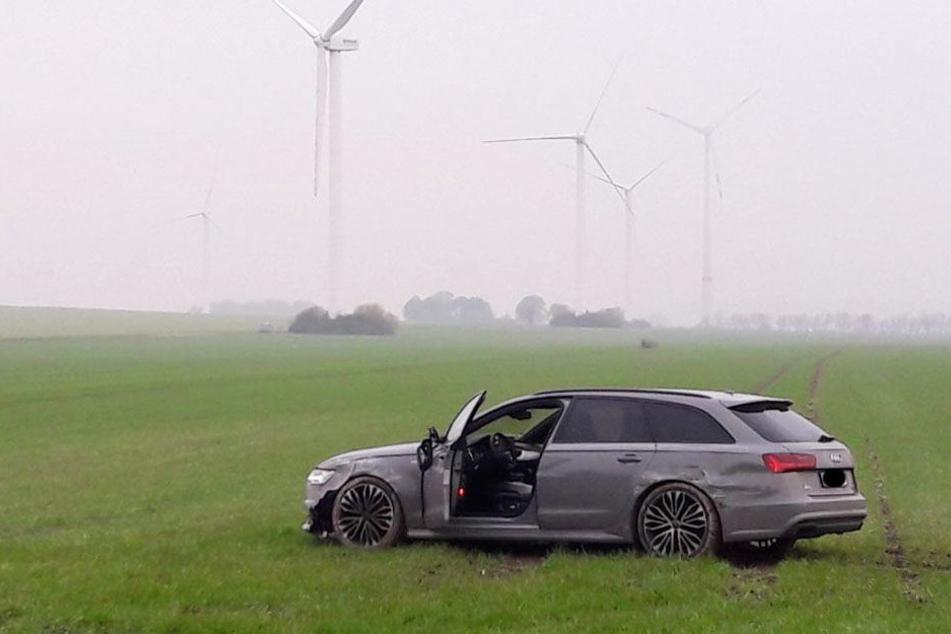Auf einer Wiese kam der Audi A6 zu stehen.
