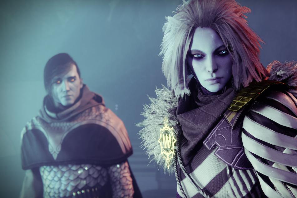 """Mit der """"Season of the Lost"""" kehrt eine alte Bekannte in """"Destiny 2"""" zurück: Königin Mara Sov (rechts). Die hat nicht nur einiges mit ihrem Bruder (links) zu klären, sondern hält auch für die Spieler einige Überraschungen bereit."""