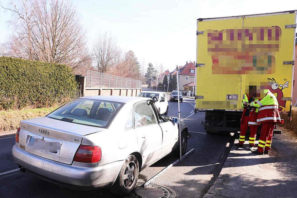 Der Audi krachte in einer Kurve in den Lkw.