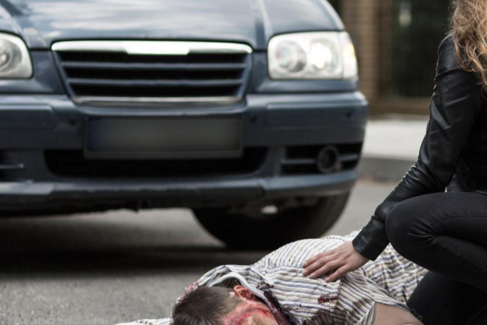 Der Fußgänger erlitt schwere Verletzungen. Ersthelfer brachten ihn wieder über die Mauer. (Symbolbild)