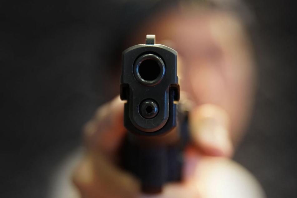 Der Täter bedrohte die Frau mit einer Schusswaffe. (Symbolbild)