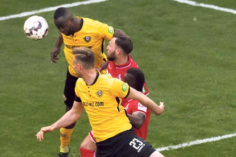 Der Moment, bevor Erich Berko (hinten) das 3:0 gegen Köln und somit sein erstes Saisontor mit dem Kopf erzielte.