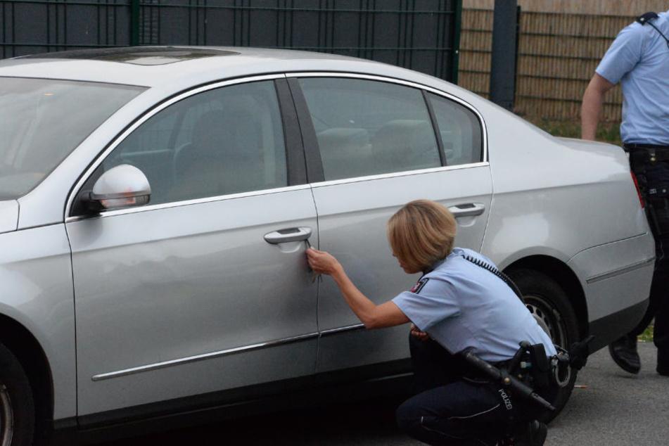 Ein Wagen wurde von der Polizei untersucht.