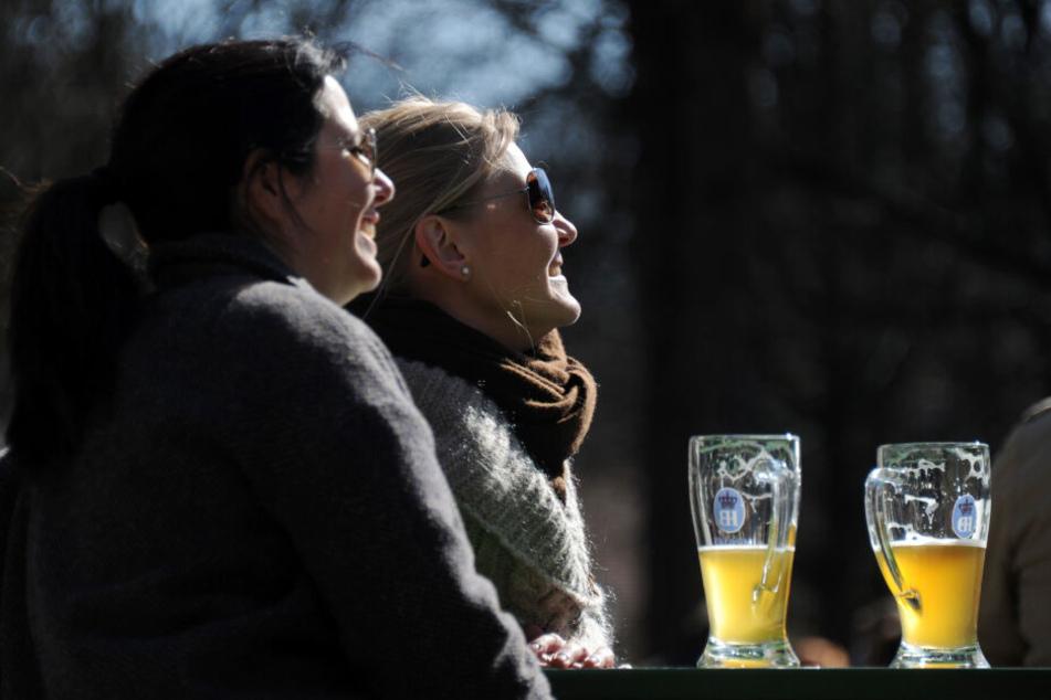 Das herrliche Wetter lockt viele Menschen in den Biergarten. Auch dort kann man sich verbrennen und sollte sich schützen.
