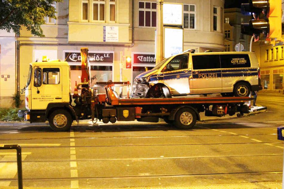 Das Streifenfahrzeug musste abgeschleppt werden.