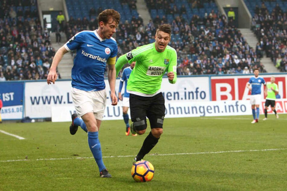 Maximilian Ahlschwede (l., Rostock) gegen Daniel Frahn (r., CFC)