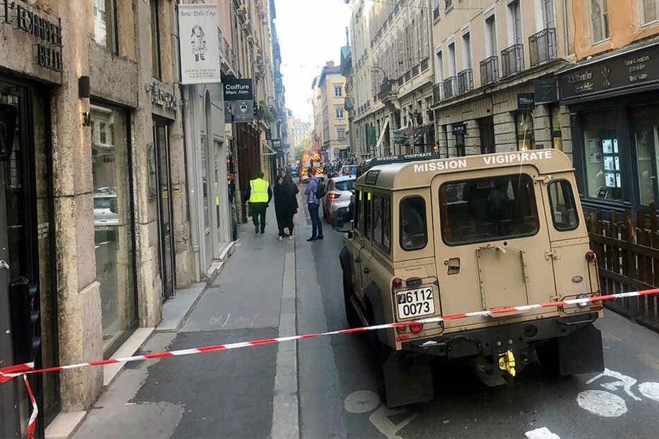 """Ein Fahrzeug der französischen Anti-Terror-Einheit """"Vigipirate Mission"""" steht in der Nähe des abgesperrten Tatorts."""