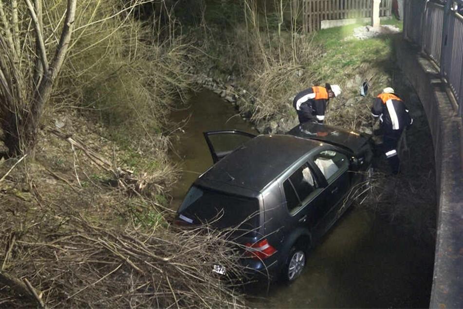 Die 60-Jährige landete mit ihrem Wagen in einem Bach.