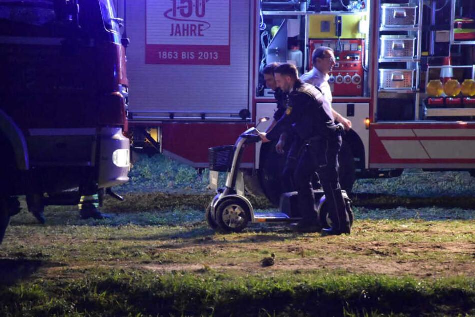 Der 74-Jährige fuhr mit seinem Elektrorollstuhl entlang des Leimbachs auf einem Feldweg, als er stecken blieb und den Hang hinabrutschte.