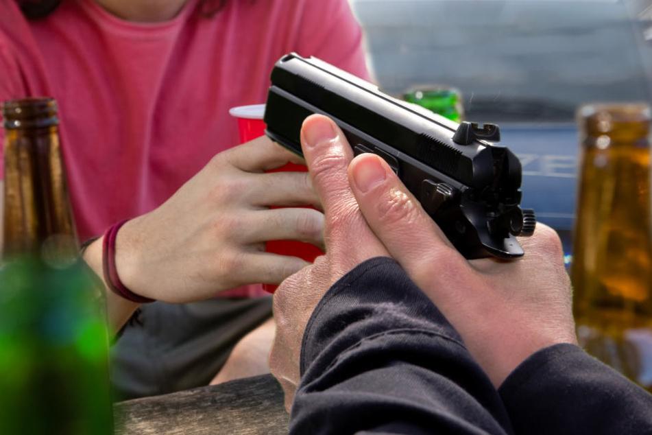 Mann will für Ruhe sorgen, als ein Jugendlicher plötzlich in die Luft schießt