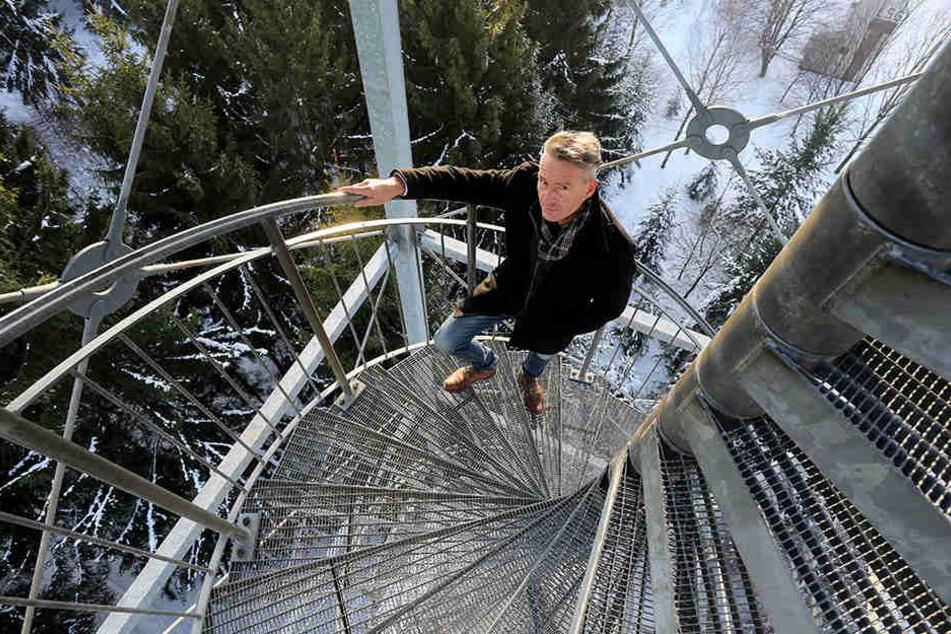 Von hier oben ist der Blick auf Grüna am schönsten: Lutz Neubert (46) auf dem  Aussichtsturm am Totenstein.
