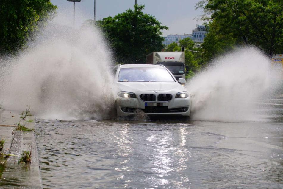 Nach einem heftigen Regenguss stand die die Konrad-Adenauer-Straße in Stuttgart am Mittwochmittag teils unter Wasser.