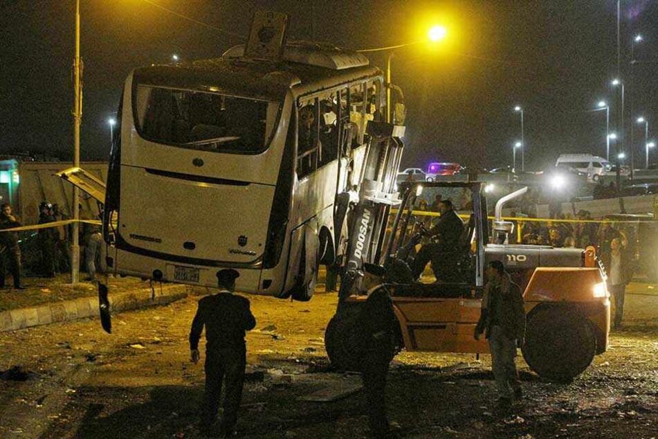 Ein Touristenbus wird nach einem Bombenanschlag abtransportiert. Bei einer Bombenexplosion in der Nähe der Pyramiden von Gizeh in Ägypten sind am Freitag vier Menschen getötet worden.