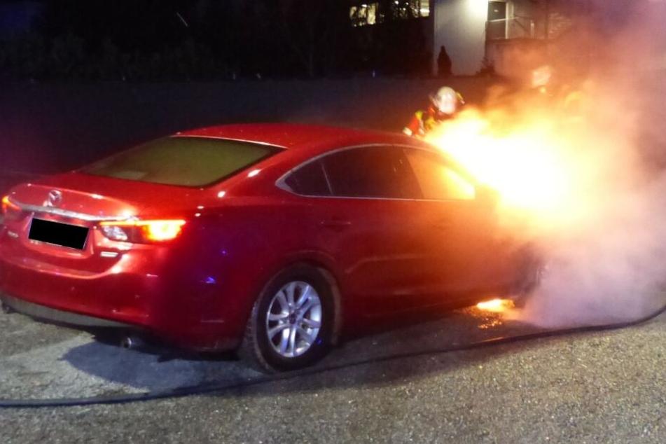 Auto fängt Feuer und brennt komplett aus