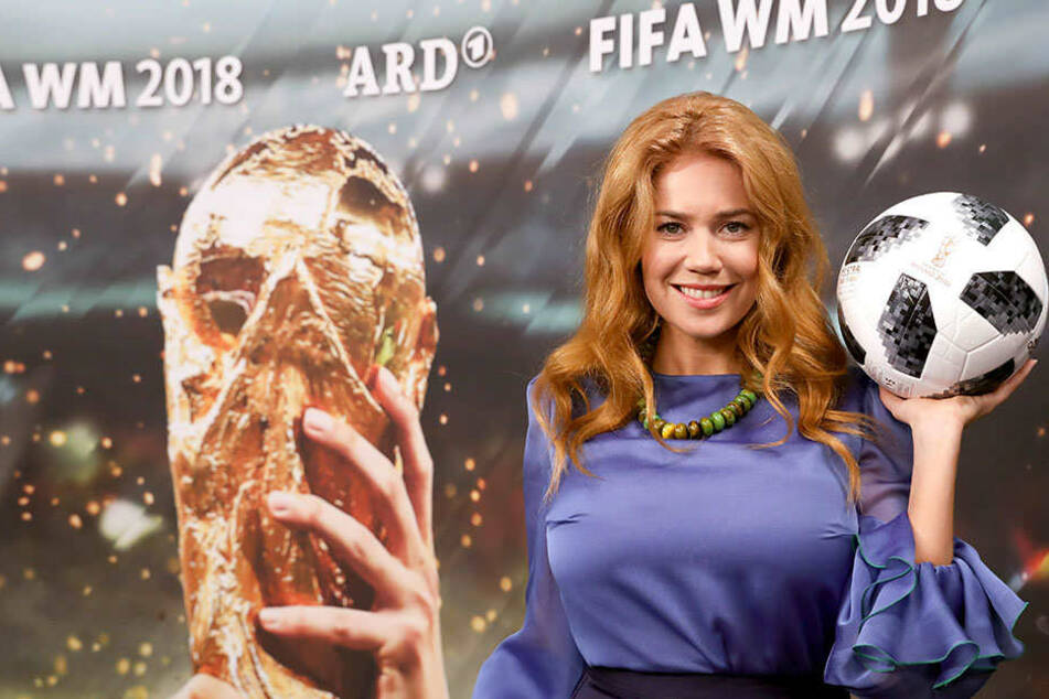 """""""Frosch im Stimmbruch"""": Fußball-Fans gehen auf Palina Rojinski los"""