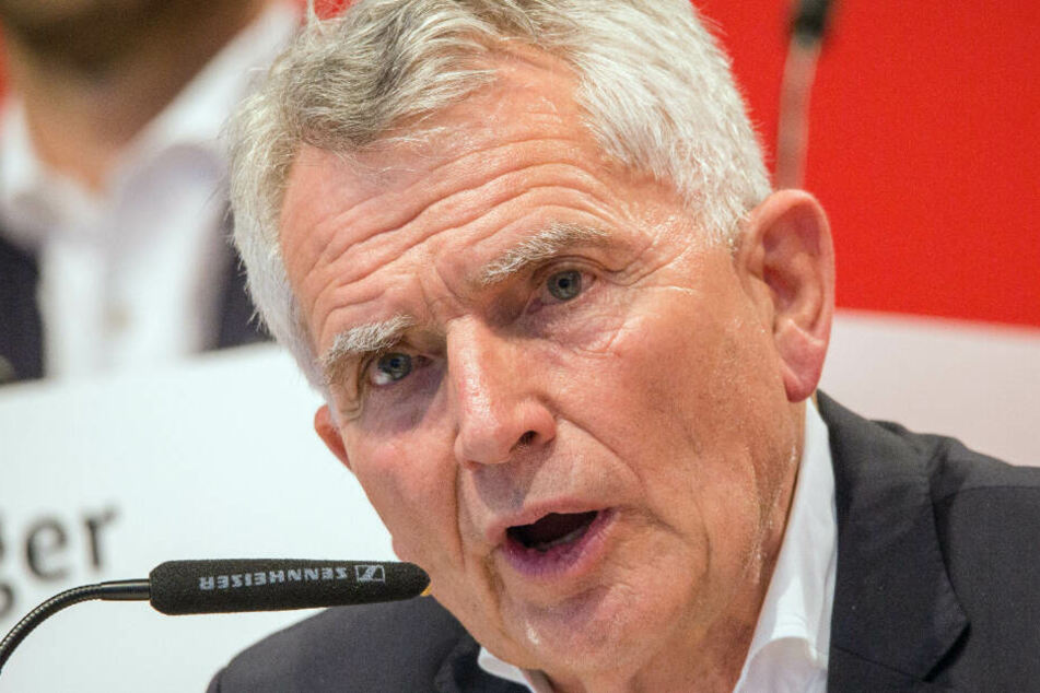 Keine 24 Stunden später trat Wolfgang Dietrich als VfB-Präsident zurück. Der Schnappschuss hält den Moment fest, als Dietrich nach gescheiterter Abstimmung über seine Zukunft die Mitgliederversammlung für beendet erklärt.