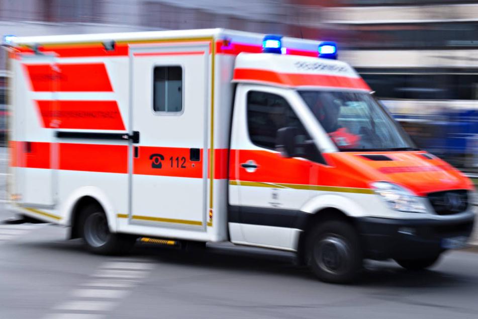 Der Rettungsdienst brachte die beim Sturz verletzte Frau ins Krankenhaus. (Symbolbild)