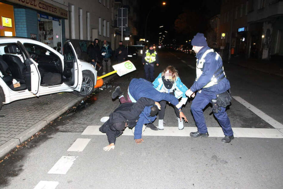 Polizisten und Mitarbeiter der DB-Sicherheit versuchen, den renitenten Mann zu Boden zu bringen.