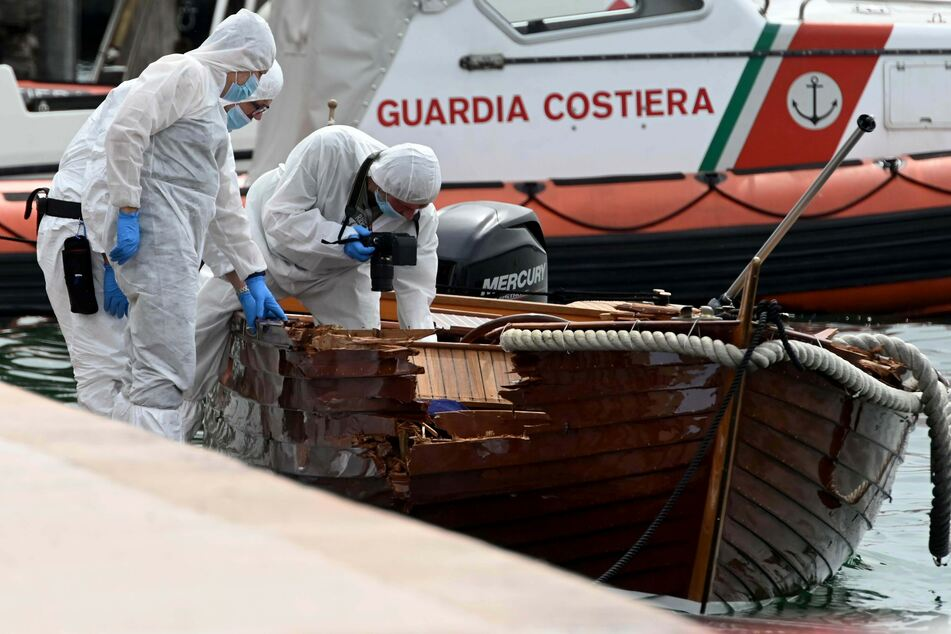 Nach bisherigen Erkenntnissen hat ein Motorboot auf dem See ein Holzboot mit einem Paar an Bord gerammt.