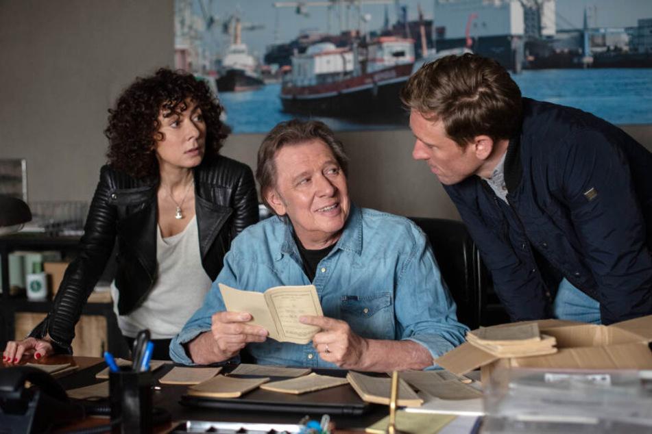 Harry (Maria Ketikidou, links) und Piet (Peter Fieseler, rechts) besuchen Dirk Matthies (Jan Fedder, Mitte) in seinem neuen Büro.