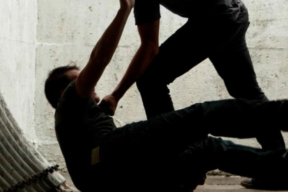 Grundlos griffen die Männer den 36-Jährigen Mann an (Symbolbild).