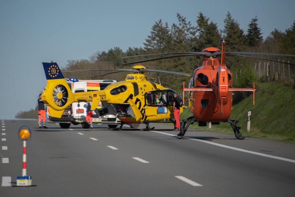 Zwei Rettungshubschrauber und ein Krankenwagen brachten die Verletzten ins Krankenhaus.