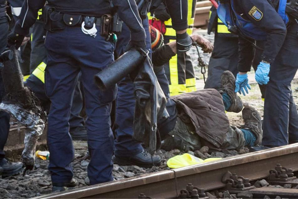 Die Klimaaktivisten mussten von den Polizisten aus dem Gleisbereich getragen werden.
