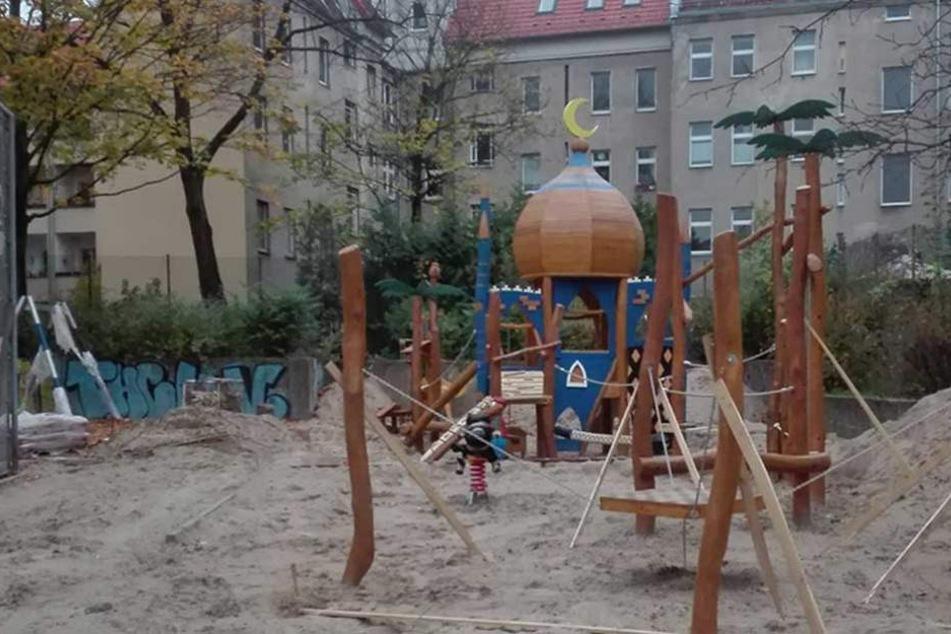 An dem Spielplatz auf der Walterstraße wird noch gebaut, die Kuppel mit dem Halbmond erregt aber schon jetzt die Gemüter.
