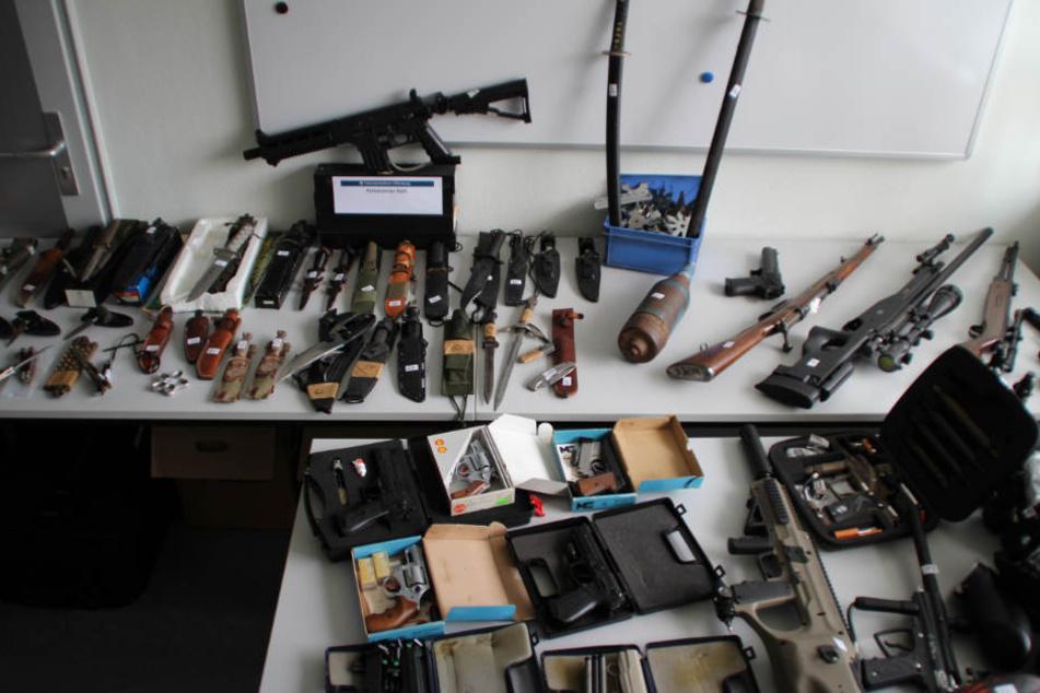 Die Waffen sollen nun von Fachleuten des Landeskriminalamts untersucht werden.