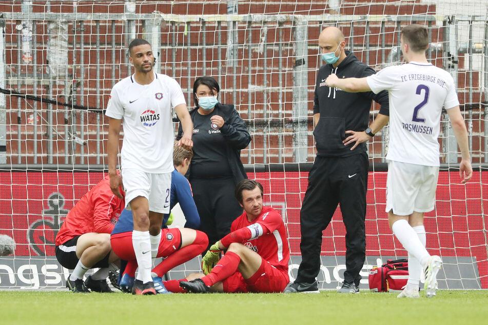 14. Juni 2020: Martin Männel sitzt auf dem Rasen, hat sich in der Partie beim FC St. Pauli an der Schulter verletzt - Zwangspause.