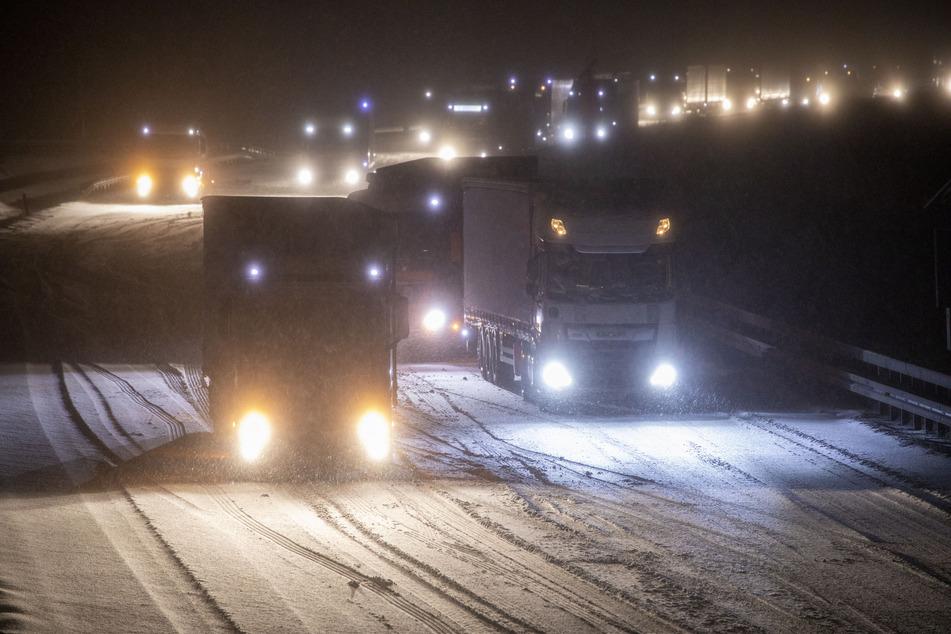 Sogar auf der A4 blieb der Schnee liegen. Die Autobahn musste am Mittwochabend teilweise gesperrt werden.