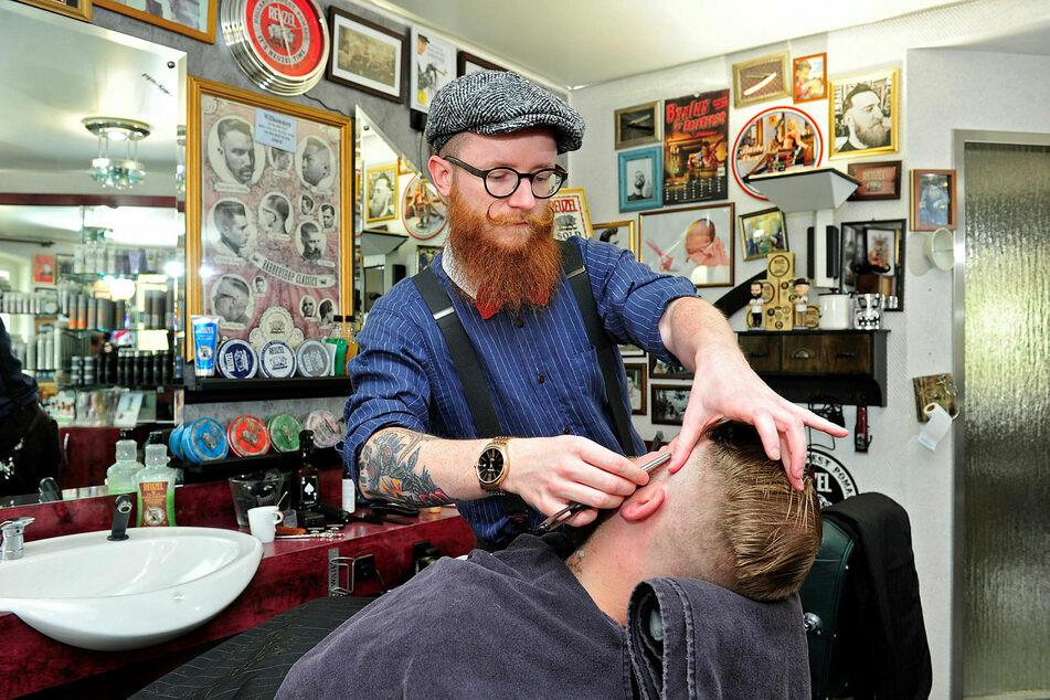 Thomas Walther, Barbershop-Besitzer aus Borstendorf im Erzgebirge, mit einem Kunden.