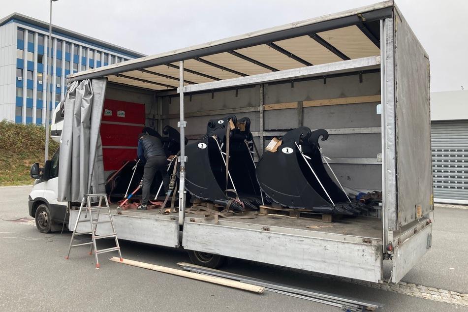 Völlig überladen! Ein Mann transportierte mehrere schwere Schaufeln in einem Transporter. Die Polizei untersagte die Weiterfahrt.