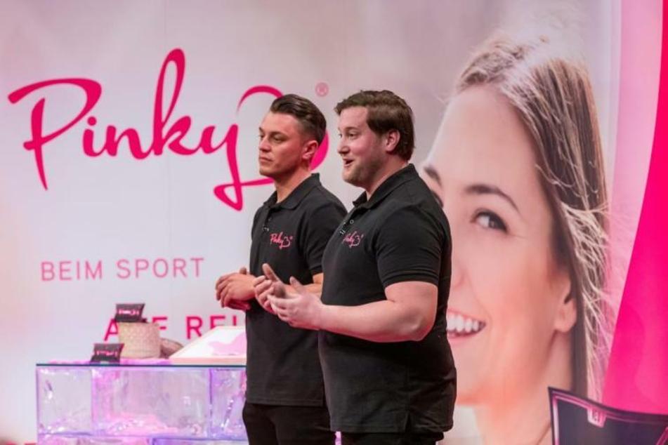 """Die beiden Start-up-Gründer André Ritterswürden und Eugen Raimkulow (beide 32) stellten vor einer Woche bei """"Die Höhle der Löwen"""" ihr Produkt """"Pinky Gloves"""" vor."""