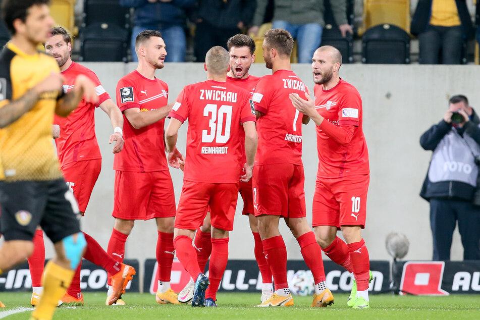 So richtig ausgelassen, wie seine Kollegen, konnte und wollte Julius Reinhardt den Derbysieg bei Dynamo Dresden nicht feiern.