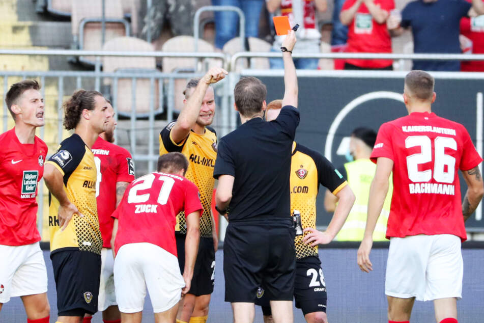 Dynamo-Kämpfer Paul Will (2.v.r.) sah in der 44. Minute die Gelb-Rote Karte von Schiedsrichter Martin Thomsen (3.v.r.).