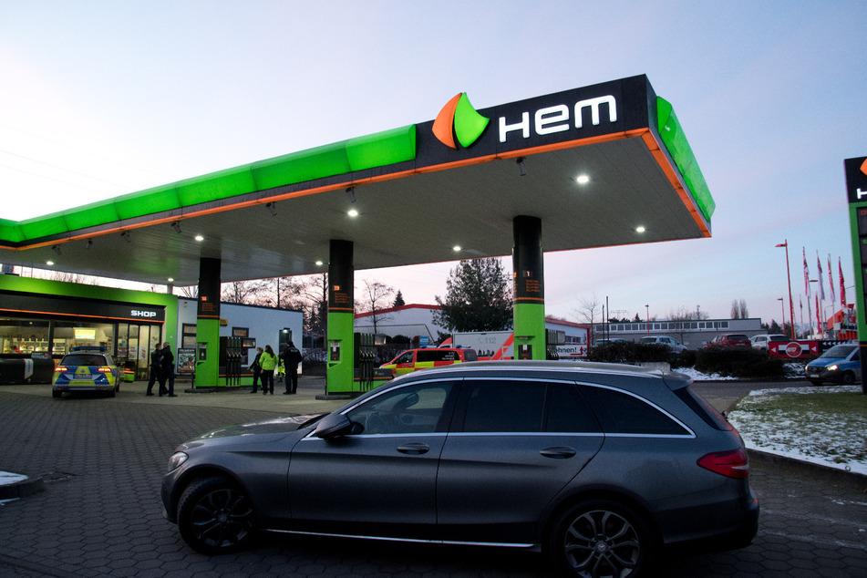 Unbekannte haben am Sonntagmorgen die HEM-Tankstelle an der Theklaer Straße in Leipzig überfallen.