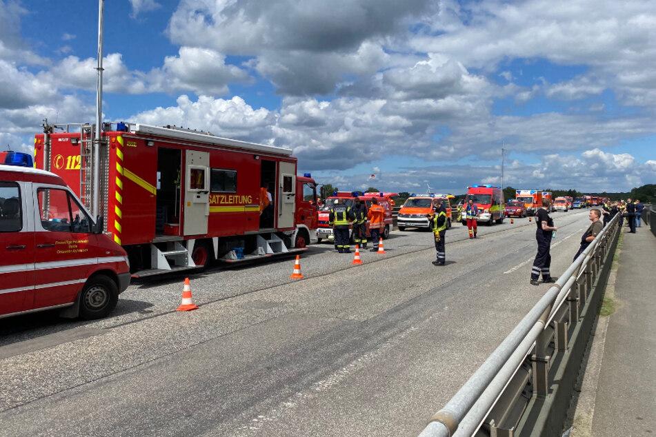 Etliche Einsatzfahrzeuge stehen auf der B404-Brücke über die Elbe in Geesthacht.
