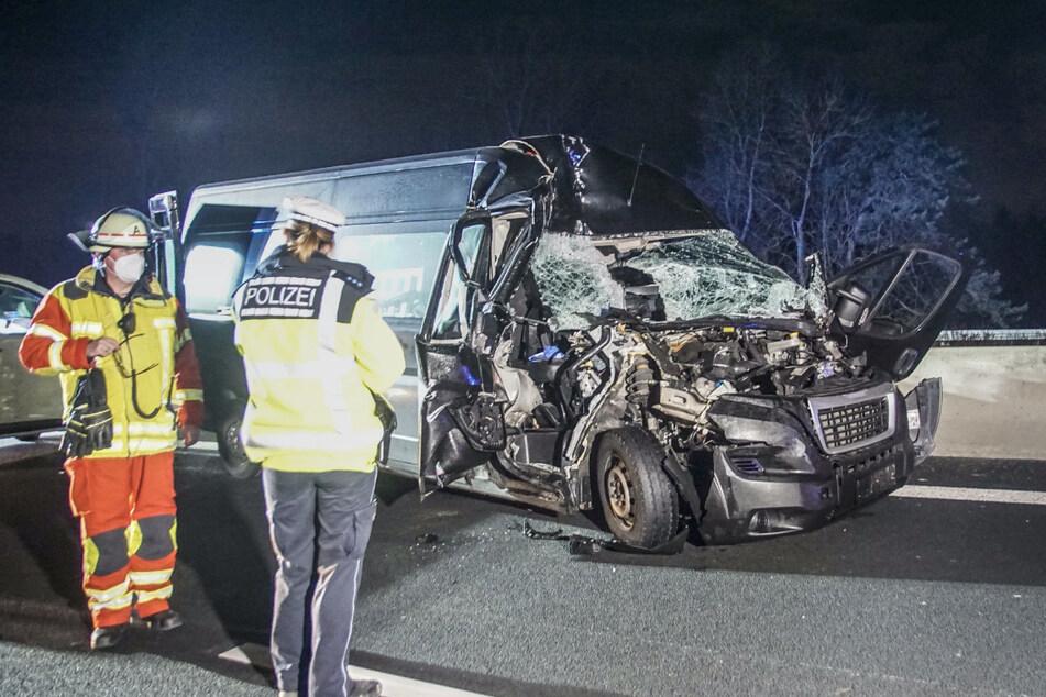 Unfall A8: Transporter kracht auf Lastwagen: 25-Jährige schwer verletzt