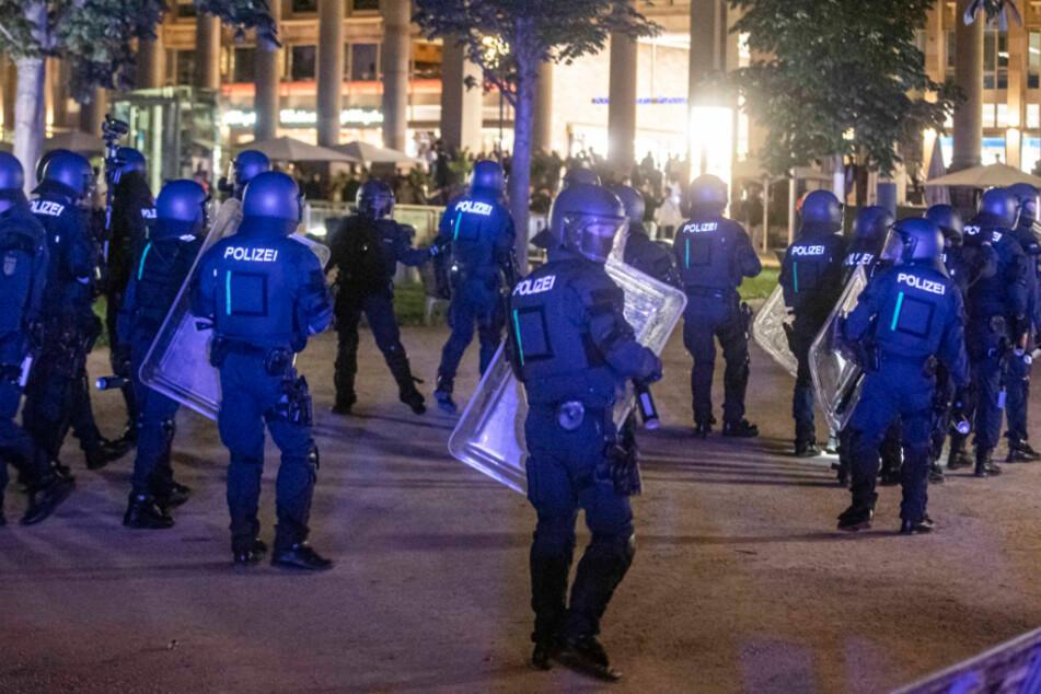 Polizeieinheiten im Einsatz in der Krawallnacht am 21. Juni in Stuttgart.