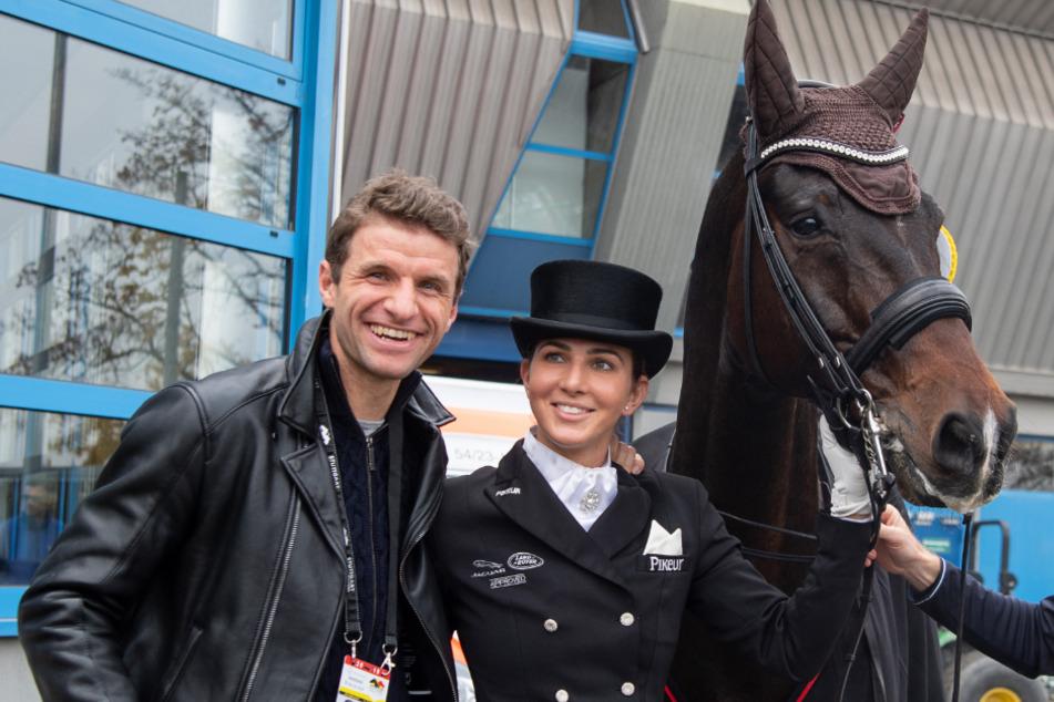 Dressurreiterin Lisa Müller (31) steht zwischen ihrem Pferd Stand by me und ihrem Mann Thomas Müller (31).